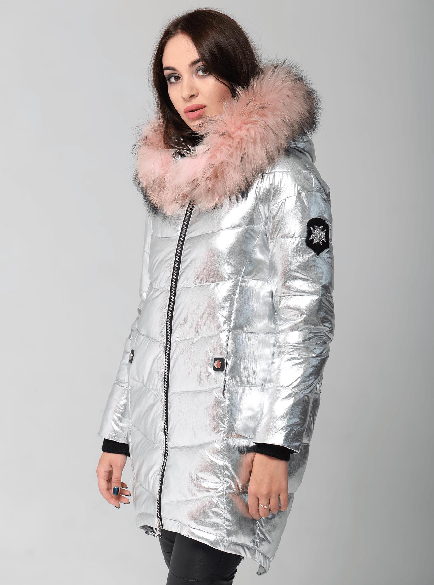 Куртка зимняя с удлиненной спинкой и мехом енота Серебряный S (05-V191280): фото - Alster.ua